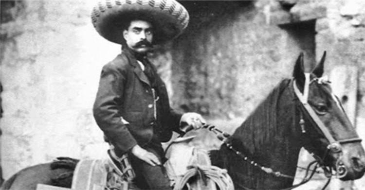 Emiliano Zapata montando a caballo